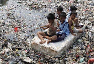 Enfants raftin Jakarta Indonesie